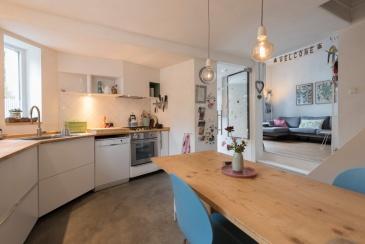 Kijkje door de keuken naar de woonkamer