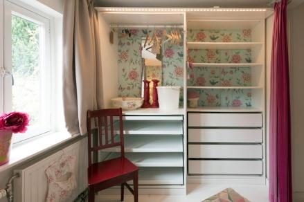 De roze slaapkamer heeft genoeg opbergplaats