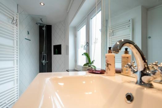 De badkamer met regendouche